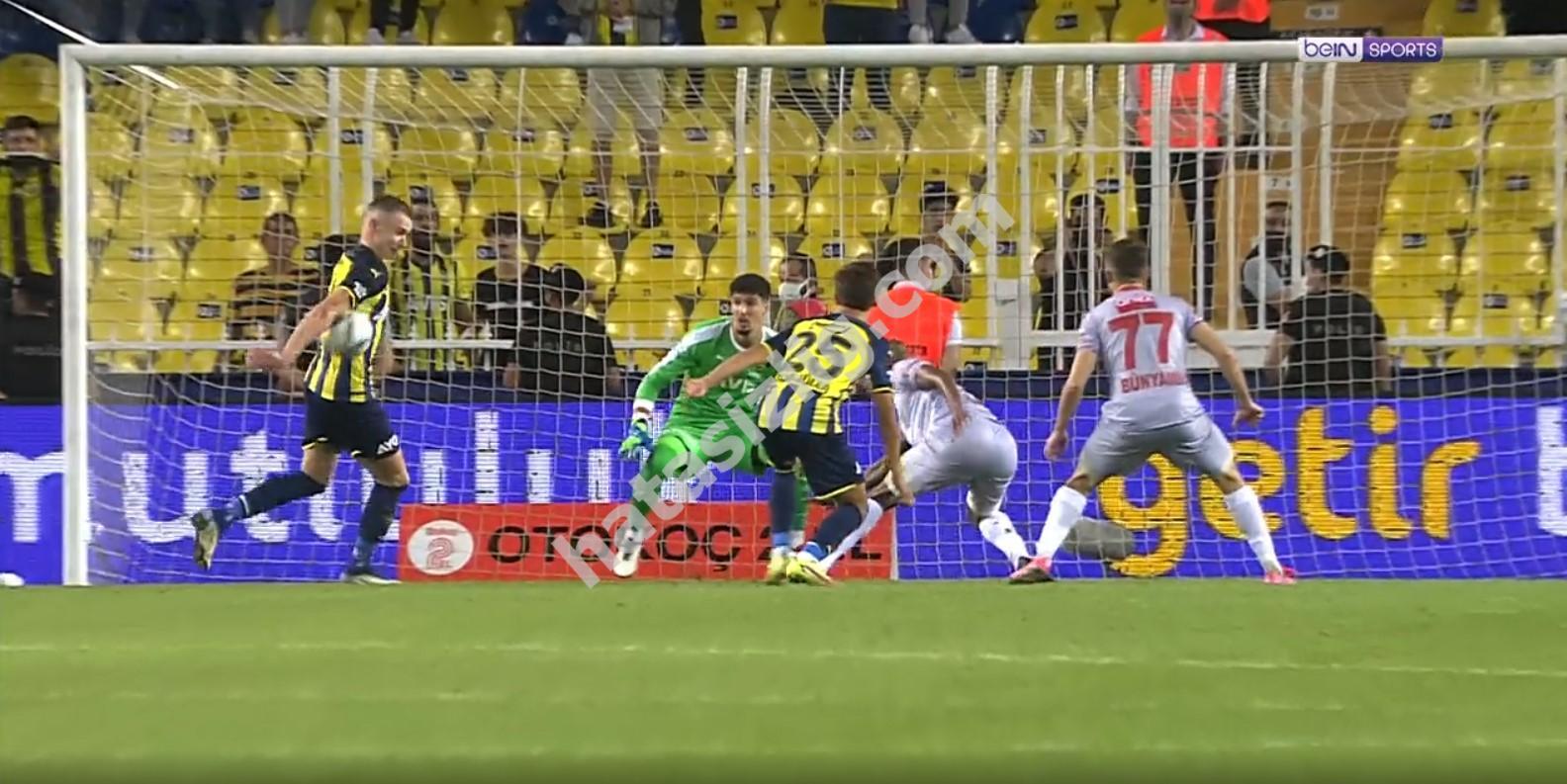 Antalyaspor'un verilmeyen penaltısı üzerine Fenerbahçe'nin gol attığı pozisyon