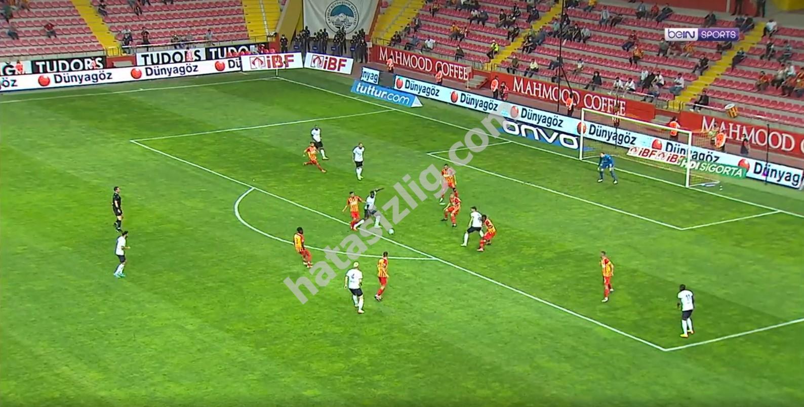 Balotelli'ye ceza sahası içinde yapılan şarj
