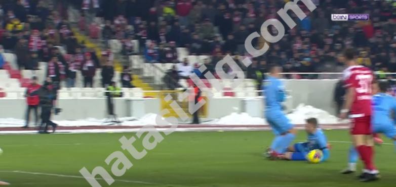 Sivasspor'un penaltı beklediği pozisyon